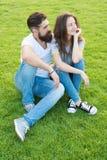 Paar in liefde het ontspannen op groen gazon Eenvoudig geluk De doelstellingen van paarrelaties Het paar brengt tijd in aard door stock foto