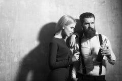 Paar in liefde het stellen met fles en glas likeur stock foto