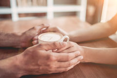 Paar in liefde in koffie royalty-vrije stock afbeelding