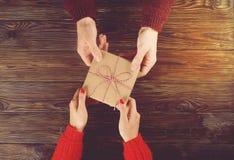 Paar in liefde Man beeld van de de hand het hoogste mening van de greepvrouw ` s op houten achtergrond Stock Fotografie