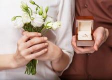 Paar in liefde met trouwring en giftdoos Royalty-vrije Stock Afbeelding