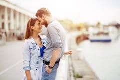 Paar in liefde in mooie zonsondergang stock fotografie