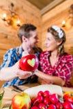 Paar in liefde op alpiene berg Stock Foto's