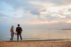 Paar in liefde op de kust Stock Foto's
