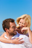 Paar in liefde op de zomerstrand stock afbeelding