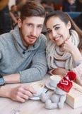 Paar in liefde op een datum in koffie in Valentijnskaartendag royalty-vrije stock foto's