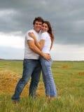 Paar in liefde op het de zomergebied stock fotografie