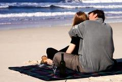 Paar in liefde op het strand stock fotografie