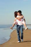 Paar in liefde op het strand Royalty-vrije Stock Fotografie