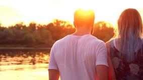 Paar in liefde op strand stock video