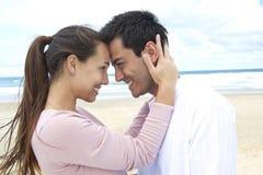 Paar in liefde op strand het flirten Stock Foto