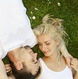 Paar in liefde in openlucht royalty-vrije stock foto's