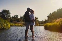 Paar in liefde openlucht royalty-vrije stock afbeeldingen