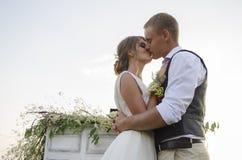 Paar in liefde in openlucht in Zonnige dag Stock Afbeeldingen