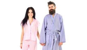 Paar in liefde in pyjama, badjas Het paar, familie op het glimlachen gezichten in kleren voor slaap kijkt slaperig in ochtend kie stock fotografie