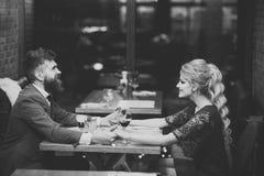 Paar in liefde Romantisch paar die in bar bij nacht dateren stock fotografie