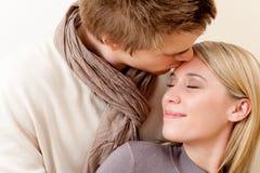 Paar in liefde - romantische kus Stock Afbeelding