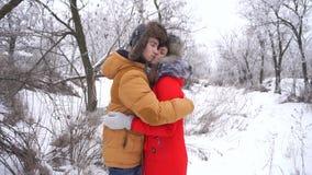 Paar in liefde tieners De winter stock videobeelden