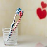 Paar in liefde van twee tandenborstels St de Dag van valentijnskaarten Stock Afbeelding