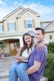 Paar in Liefde vooraan Huis (Nadruk op Vrouw) Stock Afbeeldingen