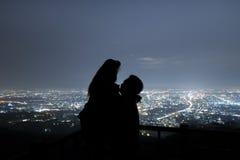 Paar in liefdesilhouet op de berg, de liefde en de valentijnskaarten c Stock Afbeeldingen