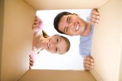 Paar lookin in doos royalty-vrije stock afbeeldingen