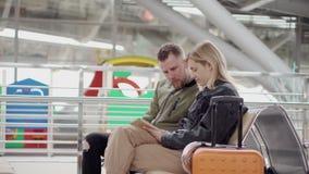 Paar in luchthaven met tablet stock videobeelden