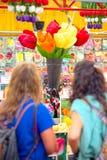 Paar Mädchen betrachtet die riesigen Tulpen Bloemenmarkt Amsterdam Lizenzfreie Stockfotos