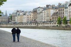Paar macht einen Spaziergang entlang Fluss die Seine Lizenzfreie Stockfotos
