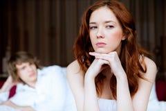 Paar in meningsverschil in slaapkamer stock foto
