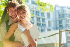 Paar met blauwdrukproject openlucht Royalty-vrije Stock Foto