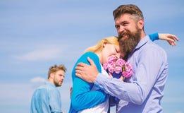 Paar met boeket romantische datum Ex echtgenoot jaloers op achtergrond Paar die in liefde openlucht zonnige dag, hemel dateren stock afbeelding