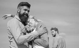 Paar met boeket romantische datum Ex echtgenoot jaloers op achtergrond Paar die in liefde openlucht zonnige dag, hemel dateren royalty-vrije stock fotografie