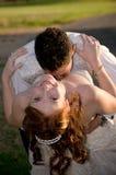 Paar met bruidegom kussende bruid in het splijten Stock Afbeelding