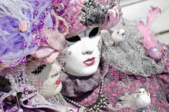 Paar met Carnaval masker stock foto's