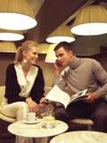 Paar met celtelefoons Stock Fotografie