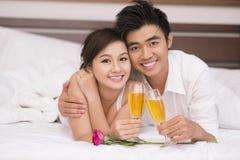 Paar met champagne Royalty-vrije Stock Foto's