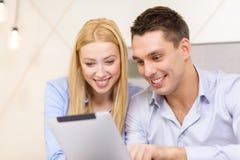 Paar met de computer van tabletpc in hotelruimte Stock Fotografie