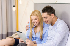 Paar met de computer van tabletpc in hotelruimte Royalty-vrije Stock Afbeeldingen