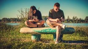 Paar met de mobiele telefoons stock fotografie
