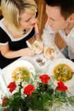 Paar met deegwaren en wijn Stock Foto's