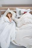 Paar met dekbed in slaapkamer Royalty-vrije Stock Afbeeldingen