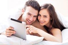 Paar met digitale tablet Royalty-vrije Stock Afbeelding