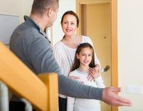 Paar met dochter bij de deuropening Stock Fotografie