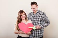 Paar met document sleutel tot het symbool van de hartliefde Royalty-vrije Stock Foto's