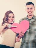 Paar met document sleutel tot het symbool van de hartliefde Stock Foto's