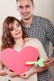 Paar met document sleutel tot het symbool van de hartliefde Royalty-vrije Stock Foto