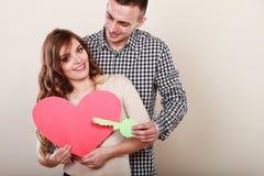 Paar met document sleutel tot het symbool van de hartliefde Stock Afbeelding