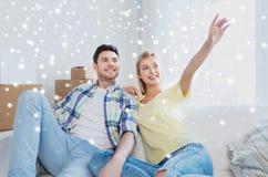 Paar met dozen die zich aan het nieuwe huis en dromen bewegen Royalty-vrije Stock Afbeeldingen