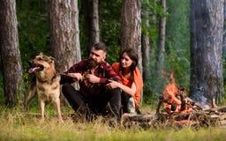 Paar met Duitse herdershond dichtbij vuur, royalty-vrije stock foto